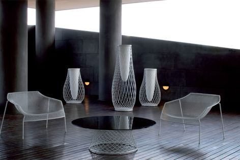 The fine woven steel resembles a fabric thanks to an automated welding process.