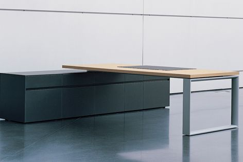 The Sono desk range by Renz combines open and closed elements.
