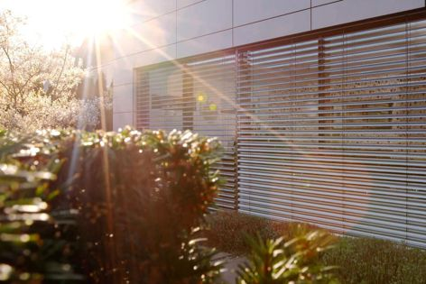 Warema's ProVisio external venetian blinds are available in various slat colours and finishes.